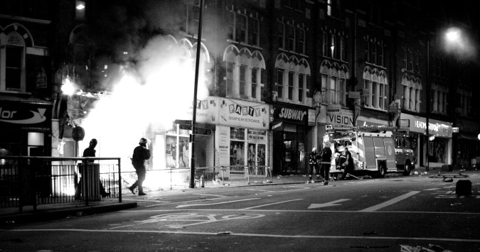 Shop_fire_during_London_riots,_2011 (wikicommons)